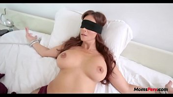 BLINDFOLD MOM THOUGHT IT WAS DADs DICK 8分钟