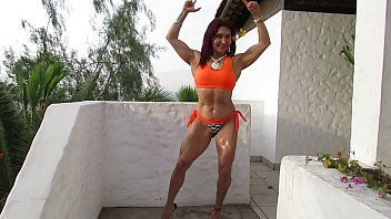 THE SCULPTURAL GODDESS MILF EXHIBITS ALL HER MUSCLES IN THE PUBLIC GARDEN
