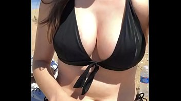 Exposing herself at the beach 22秒