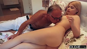 18 yo girl kissing and fucks her step dad in his bedroom porno izle