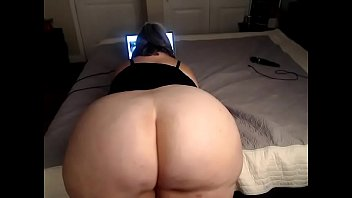 Great ass mom plays on cam