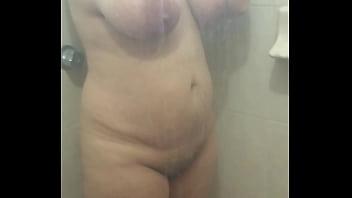 espiando a mi linda esposa tetona tomando baño caliente