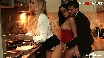 LOS CONSOLADORES - #Dolly Diore #Sicilia #Andy Stone - Hungarian Lady 3way Fun On The Kitchen While Dad S. Near