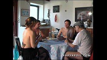 Papy se tape la jeune et jolie femme de menage avec 2 potes qui la sodomisent