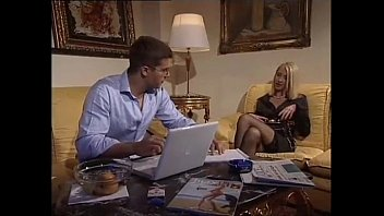 Who knows the name of the actress or, at least, of the movie? Italian blonde 16 min