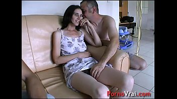 Taken by surprise, she squirts all over the couch! French amateur 20分钟
