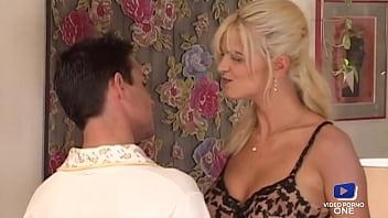 Alex blonde nymphomane ramène un jeune homme à grosse bite