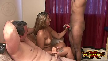 Husband released his wife to gifted black barely stuck in the wife of the tame horn and he enjoyed a lot watching her be penetrated - Nanda Bueno - Ricardo Branco - Nego Catra - Complete scene in Red