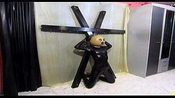 她的主人将乳胶钉在十字架上的奴隶