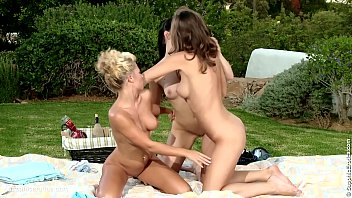 Picnic Explorations sensual lesbian scene by SapphiX