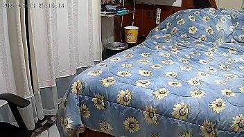 Estava sentindo dor de cabeça então coloquei uma camera de segrança escondida em casa !!! Eu estava certo !!!
