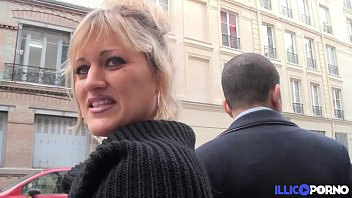 Bonne milf blonde gangbang devant son mari, pour Noël [Full Video]
