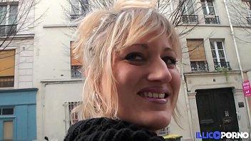 Bonne milf blonde gangbang devant son mari, pour Noël [Full Video]