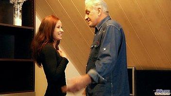 Redhead slutty chick rewards generous grandpa with fuck Vorschaubild