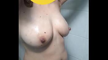 Lavándose el culo, bien abierto