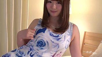 無修正 無邪気な笑顔に色白もち肌のゆるかわ美女こと、西川ゆいちゃんが3P生ハメ中出しで一本道に初登場! 1