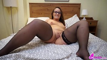 Nerdy And Curvy Teen Fingers Her Snatch
