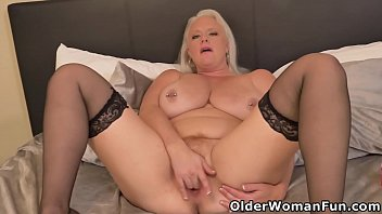 Full figured milf Cameron Skye fingers her hungry pussy