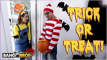 BANGBROS - Trick Or Treat, Smell Evelin Stone's Feet. Bruno Gives Her Something Good To Eat. Porno indir