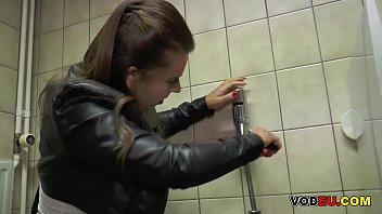 Eine Frau wird im Klo Anal gefickt thumbnail