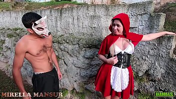 Little Red Riding Hood meets gifted wolf in the woods - Mirella Mansur - Big Bambu