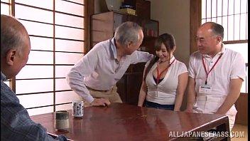 คลิปโป๊xญี่ปุ่น ลุงพาหลานมาให้เพื่อนรุมเย็ดโดนจับลงลิ้นเสียวขยี้ติ่งควยกระแทกหีจัดหนักจัดเต็ม