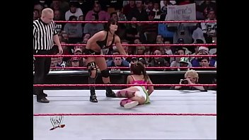 Mickie James vs Victoria Raw 12/12/05