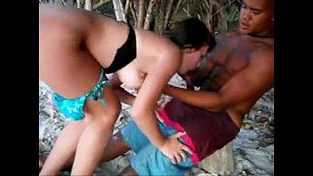 corno filma a namorada dando a bucetinha para outro na praia thumbnail
