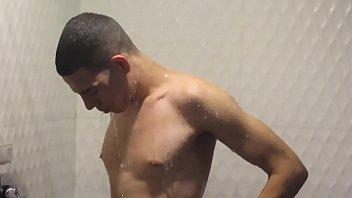Novinho Brasileiro Tomando Banho (COMPLETO MO RED)
