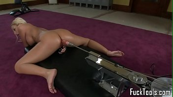Masturbating blonde toys pussy using dildo 10分钟