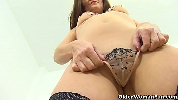 English milf Kitty Cream teases us with a slow striptease 12分钟