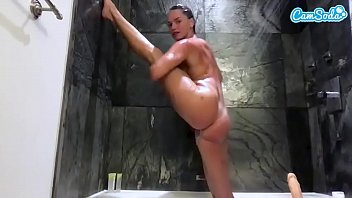 Tori Black In Pozitii De Yoga Se Masturbeaza In Baie