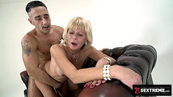 21Sextreme Lusty Divorcee Diane Sheperd Devours Macho Man's Huge Cock