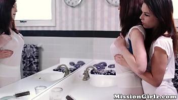 Cute teens can'_t resist sinning infront of a bathroom mirror