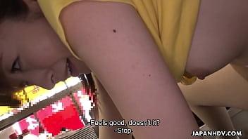 พนักงานเสิร์ฟชาวญี่ปุ่น Mimi Asuka รับนิ้วระยำในร้านอาหาร