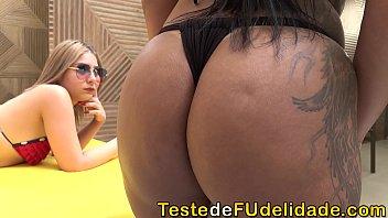 Filha flagrou sua mãe fodendo com seu namorado ( Alessandra Marquez e Nina Lins )