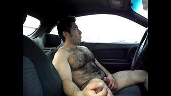 Peludo gostoso batendo punheta no carro 03