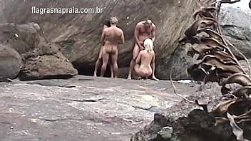 Turista Alemão Filma Casais De Swing Pelados Fazendo Sexo E Troca De Esposas Na Encosta Da Praia Em Buzios - Brasil