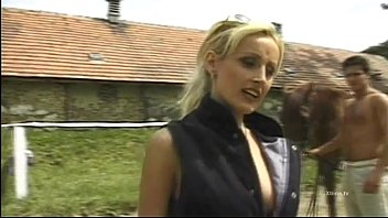 Blonde slut gives blowjobs on a stable 36分钟