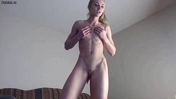 Fitness Blonde Babe Flexing Her Sexy Muscles Vorschaubild