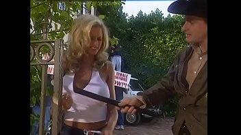 Young blonde student with  big melons Briana Banks was kept under arrest for unauthorized protest rally participation 15分钟