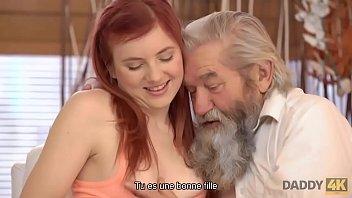 DADDY4K. Viejo caballero experimentado seduce a una adolescente pelirroja inmediatamente