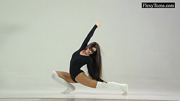 Flexible Tonya shows her gorgeous body 5 min