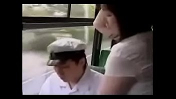 Women feel penis rubbing on bus Handjob in bus-www.xteen666.com