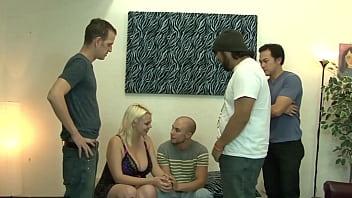Cuckold Heterogoy convida amigos para brincar com a namorada.