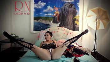 夫人换了内衣,优雅地展现了她的魅力  家庭主妇在床上摆出性感的内衣和衣服。 她试穿内裤,紧身胸衣,胸罩,袜子,长筒袜,紧身衣,闲荡。 复古怀旧风格 荡妇在性感的衣服摆姿势精美 母狗显示抚摸她的阴户和手淫 夫人想要在她的c一个大鸡巴 浪漫地