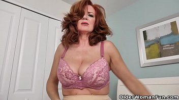 American milf Andi James rubs her pantyhosed pussy porno izle