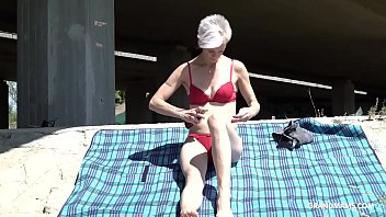 Skinny trapper licks short-hair granny under the bridge Vorschaubild