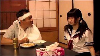 Japans schoolmeisje zorgt voor haar vader (Zie meer: shortina.com/b3hORBEr)