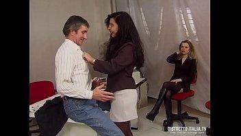 Hairy pussy in heels La direttrice si fa chiavare dal capo del personale e la stagista si masturba
